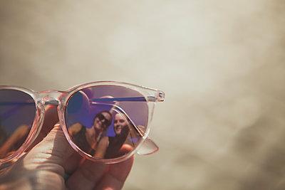 Spiegelung in Sonnenbrille - p1345m1194829 von Alexandra Kern