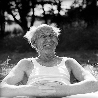 Alter Mann schneidet Grimasse - p1650493 von Andrea Schoenrock
