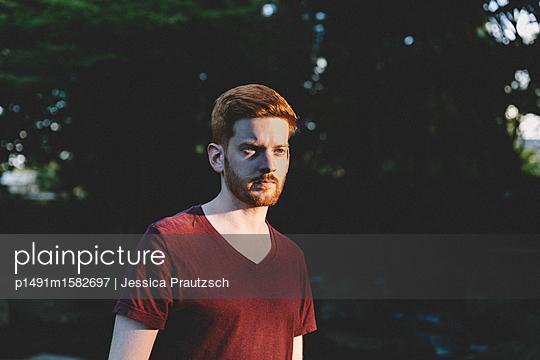 Mann im Park - p1491m1582697 von Jessica Prautzsch