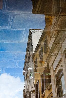 Spiegelung eines Hauses im Wasser - p1032m1110680 von Fuercho