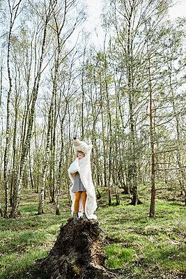 Mädchen im Wald mit Eisbärenfell - p1348m1215625 von HANDKE + NEU