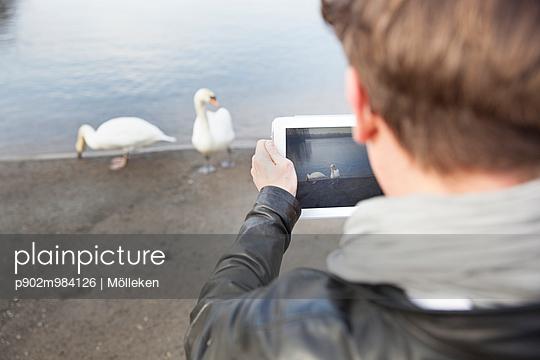 Mann fotografiert mit Tablet - p902m984126 von Mölleken