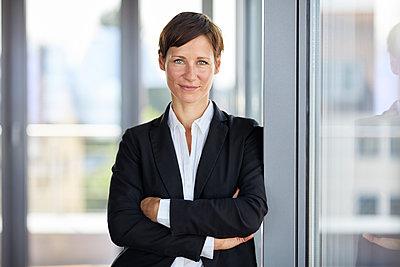 Portrait of smiling businesswoman in office - p300m2012966 von Rainer Berg