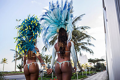 Rear view of samba dancers holding hands, Ipanema Beach, Rio De Janeiro, Brazil - p429m929555f by JAG IMAGES