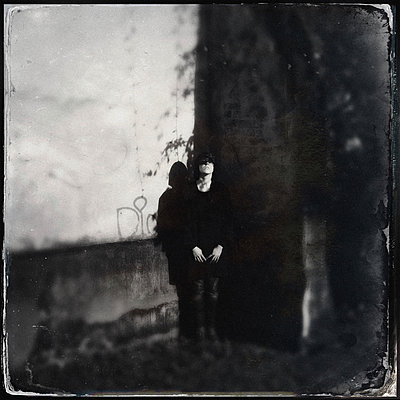 Woman stands in front of house wall - p586m1109796 by Kniel Synnatzschke