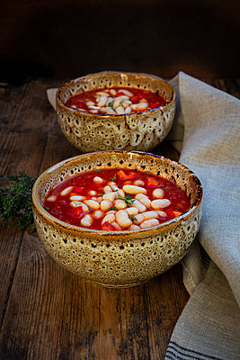 Two bowls of Tuscan tomato soup withcannellini beans and thyme - p300m2160593 by Larissa Veronesi