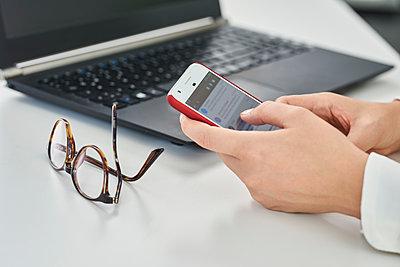 Woman using smartphone - p890m1440368 by Mielek