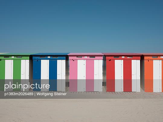 Bunte Strandhäuschen - p1383m2026489 von Wolfgang Steiner