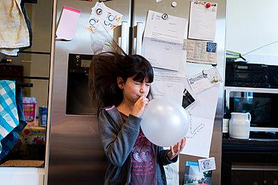 Mädchen mit Luftballon - p1116m1217070 von Ilka Kramer