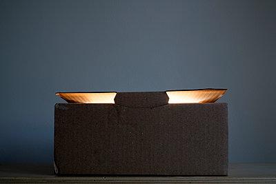 Light inside a simple cardboard box - p1228m1193505 by Benjamin Harte