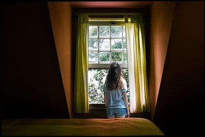 Mädchen am Fenster - p1693m2294567 von Fran Forman