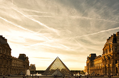 France, Paris, Louvre, glass pyramide in courtyard in the evening - p300m1180827 by Christina Falkenberg
