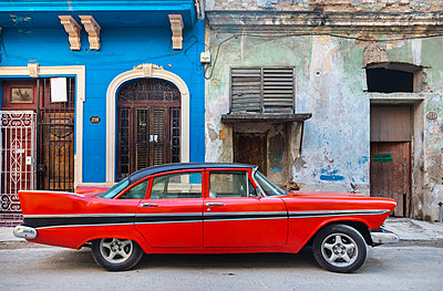 Parked red vintage car, Havana, Cuba - p300m2114372 by hsimages