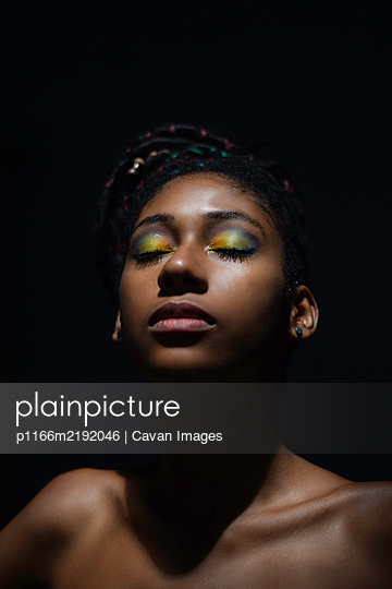 Interior chiaroscuro portrait of young black woman - p1166m2192046 by Cavan Images