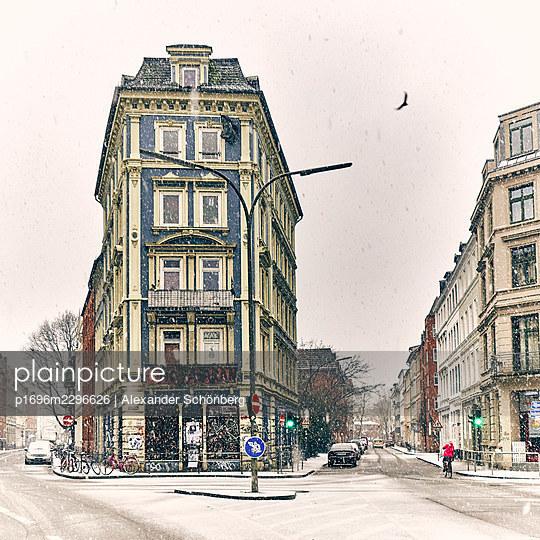 Corner house at snowcapped crossing, Hamburg - p1696m2296626 by Alexander Schönberg