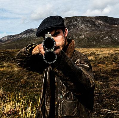 Jäger zielt mit einem Jagdgewehr - p1082m2022006 von Daniel Allan