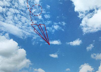Papierflieger im Himmel - p1519m2063299 von Soany Guigand