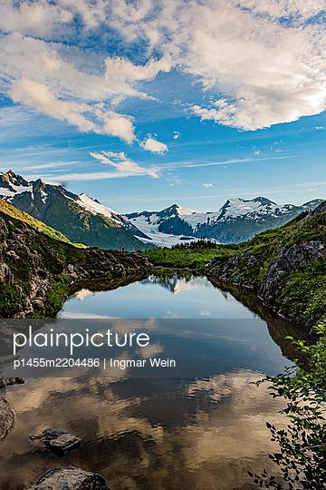 Alaska, Bergkette spiegelt sich in einem Bergsee - p1455m2204486 von Ingmar Wein