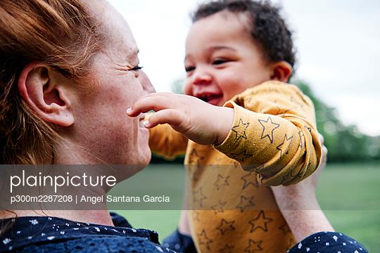 Family in the park. London, England. - p300m2287208 von Angel Santana Garcia