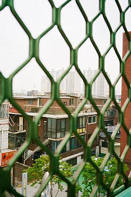 Ausblick auf Seoul, Südkorea durch einen Zaun - p066m2015494 von Studio71