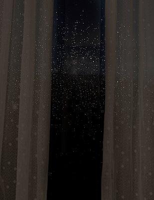 Tropfen auf Fensterglas - p1279m1219023 von Ulrike Piringer