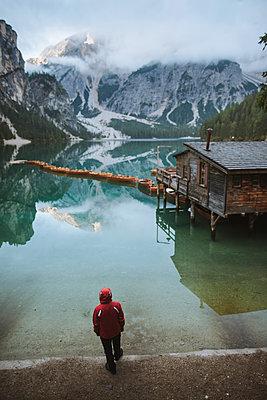 Italy, Man standing at Pragser Wildsee in Dolomites - p1427m2202259 by Oleksii Karamanov