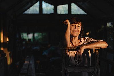 Brunette woman leaning on ladder - p586m2134754 by Kniel Synnatzschke