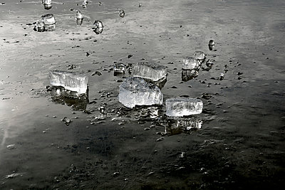 lake and blocks of ice - p876m1127663 by ganguin