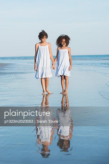 Sister on the beach - p1323m2023053 von Sarah Toure