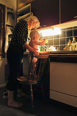 Little boy playing with water in kitchen - p1418m2008105 by Jan Håkan Dahlström