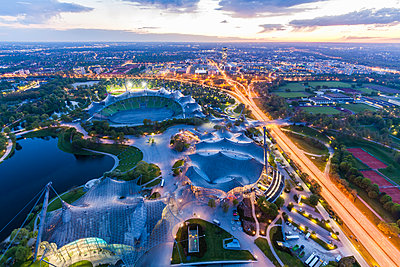 Germany, Munich, Olympic Park with stadium at twilight seen from above - p300m1152154 by Werner Dieterich