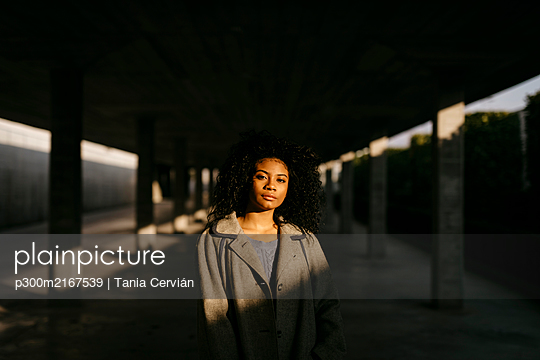 Portrait of a young woman in a parking garage - p300m2167539 by Tania Cervián