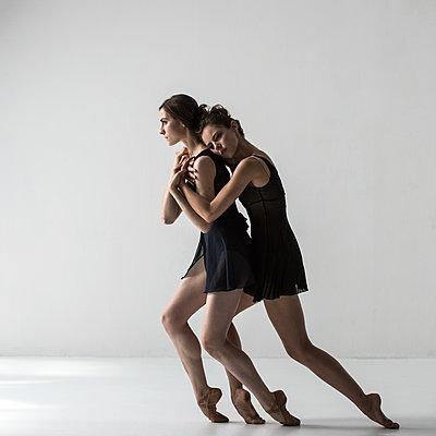 Two female dancer - p1139m2173420 by Julien Benhamou