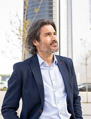 senior man and woman, in business area of 'Äã'Äãthe city, Madrid / Spain - p300m2282064 von Jose Carlos Ichiro