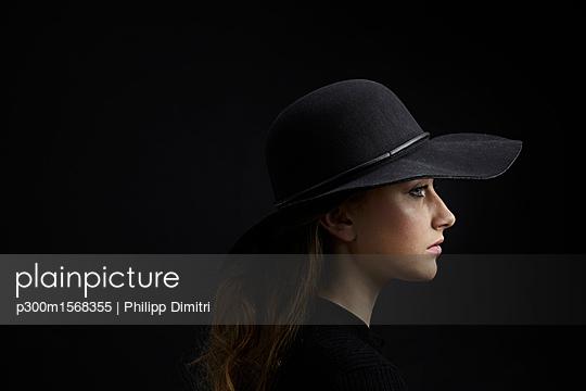 plainpicture - plainpicture p300m1568355 - Profile of sad young woman ... - plainpicture/Westend61/Philipp Dimitri