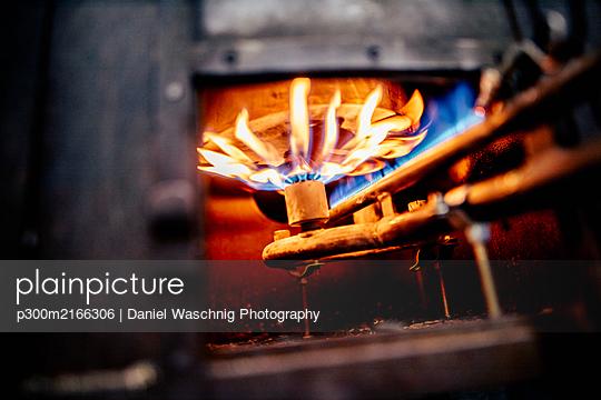 Ofen zum Zinngießen bei einer Zinngießerei. Österreich, Kärnten, Knappenberg - p300m2166306 von Daniel Waschnig Photography