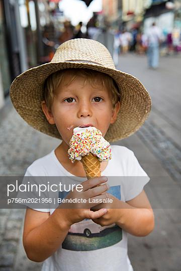 Little boy eating ice cream cone - p756m2021956 by Bénédicte Lassalle