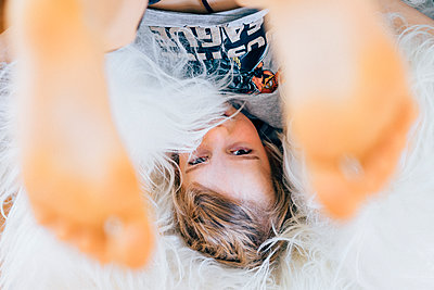 Junge albert auf einem Teppich, kopfüber, Stay at home durch Covid-19 - p1498m2183726 von Nina King