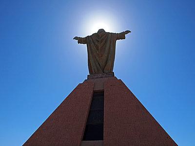 Christusstatue auf dem Hügel von Arica - p338m1355488 von Marion Beckhäuser