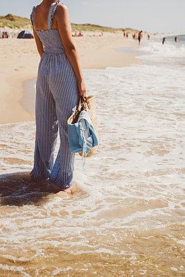 Junge Frau genießt die Zeit am Meer - p432m2195886 von mia takahara