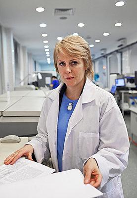 Frau im Labor - p390m1115647 von Frank Herfort