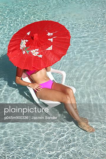Sonnenbad im Pool - p045m900336 von Jasmin Sander