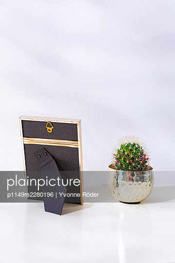 Picture frame against wall - p1149m2280196 by Yvonne Röder