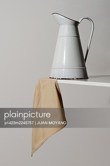 Old white enamel toilette jug and beige towel - p1423m2245757 von JUAN MOYANO
