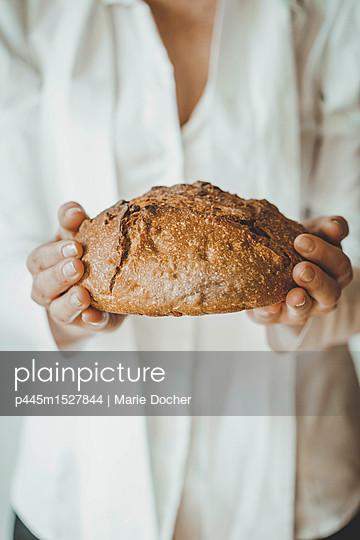 Woman offering bread - p445m1527844 by Marie Docher