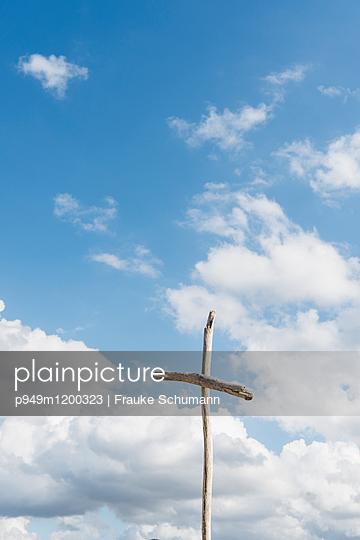 Himmel und Holzkreuz - p949m1200323 von Frauke Schumann