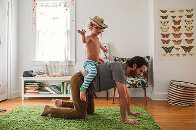 Vater und Sohn zuhause - p1361m1225615 von Suzanne Gipson