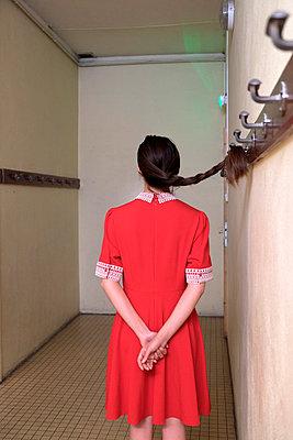 Frau in rotem Kleid - p1521m2081616 von Charlotte Zobel
