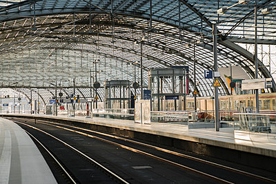 Construction site on platform at central station, Berlin, Germany - p300m2154590 by Hernandez and Sorokina