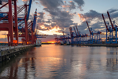 Germany, Hamburg, Port of Hamburg, Container Terminal Burchardkai at sunset - p300m949027 by Roy Jankowski
